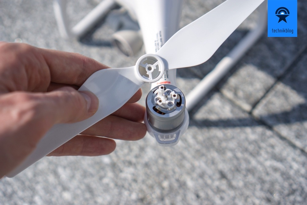DJI Phantom 4 Propeller lassen sich in Sekundenschnelle dank Einrastmechanismus montieren.