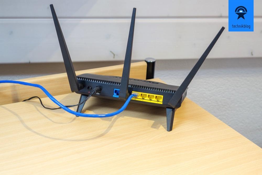 Synology Router RT1900ac: 4x LAN Ports, 1x WAN und Netzstecker auf der Rückseite