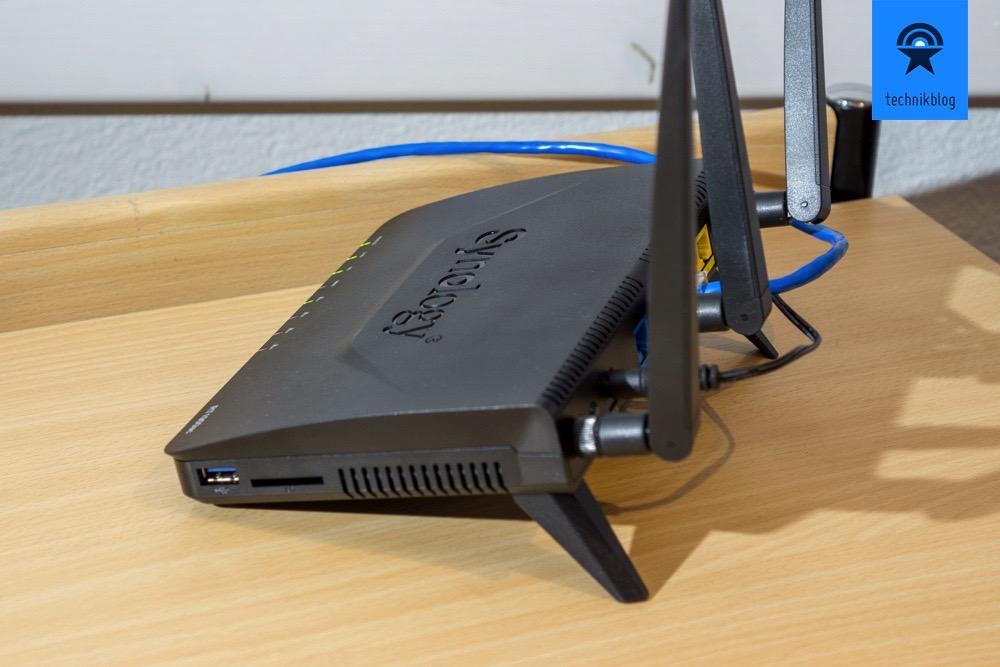 Synology Router RT1900ac: USB-Anschluss und SD-Kartenslot auf der Seite