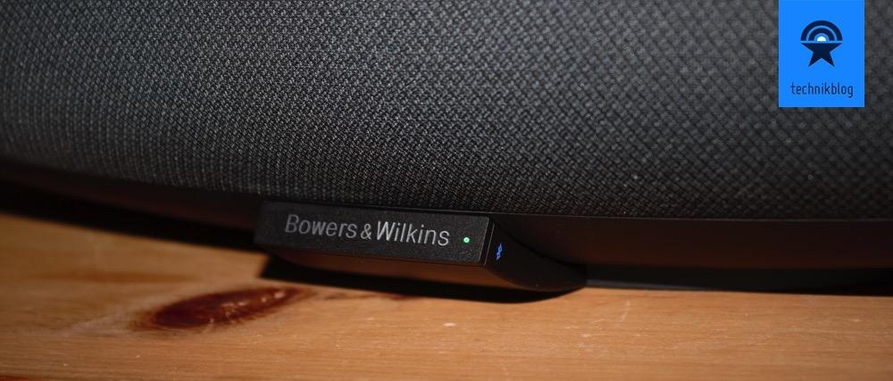 Seitlich neben dem Bowers & Wilkins-Logo befinden sich an der Gerätefront eine Touch-Taste und eine Anzeige: an der rechten Seite für Bluetooth und an der linken Seite für den AUX-Eingang.