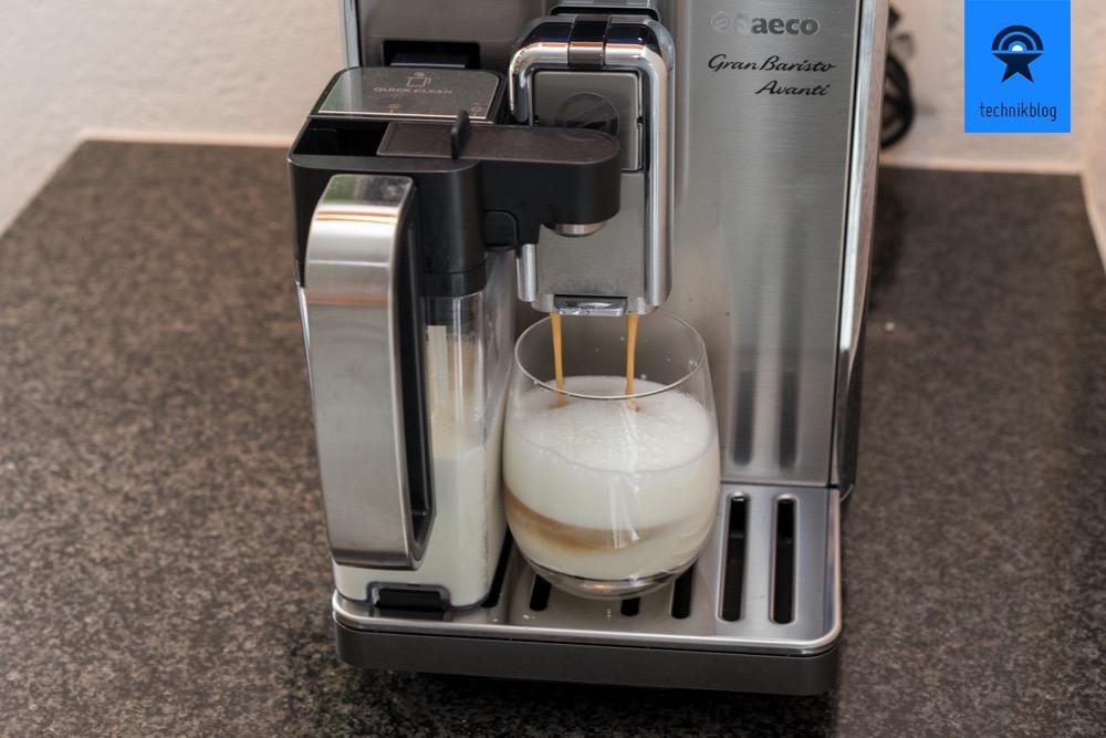 Saeco GranBaristo Avanti -macht gerade einen kleinen Latte Machiato