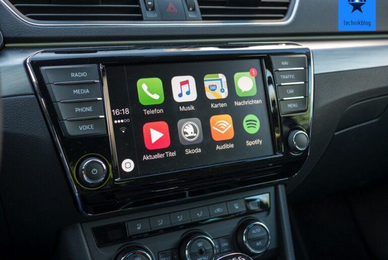 Nachteile Die gesamte Rechenleistung liefert das gekoppelte iPhone, über dessen SIM-Karte auch der komplette Internet-Traffic läuft. Der PKW stellt lediglich Eingabe- und Ausgabe-Instrumente zur Verfügung, also Touchscreen/Display, Lenkrad- und Radiotasten, Mikrofon und Lautsprecher. Die komplette Funktionalität wie Sprachsteuerung, Navigation sowie das Musikstreaming und das Webradio liefert das iPhone. Das hat Vorteile und Nachteile: Das iPhone ist performant, die Apps und Siri reagieren schnell. Doch der Akku des iPhones wird während der Fahrt kaum noch weiter aufgeladen, weil das iPhone ständig in Betrieb ist und so Strom verbraucht. Wichtig: Der Mobilfunkvertrag des gekoppelten iPhones muss für das Datenvolumen der Carplay-Apps ausgelegt sein, weil alle Daten über die SIM-Karte des gekoppelten iPhones laufen. Die Karten-App beispielsweise lädt ständig Karten nach. Der Bildschirm des iPhones ist während der Carplay-Nutzung abgeblendet und kann nicht bedient werden, nur das Carplay-Logo ist darauf zu sehen.