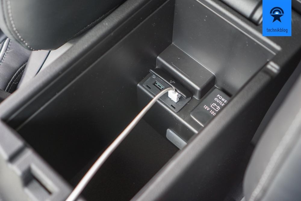 USB Ports unter der Mittelarmstütze