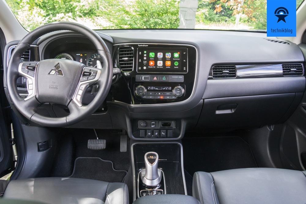 Cockpit des Outlander PHEV