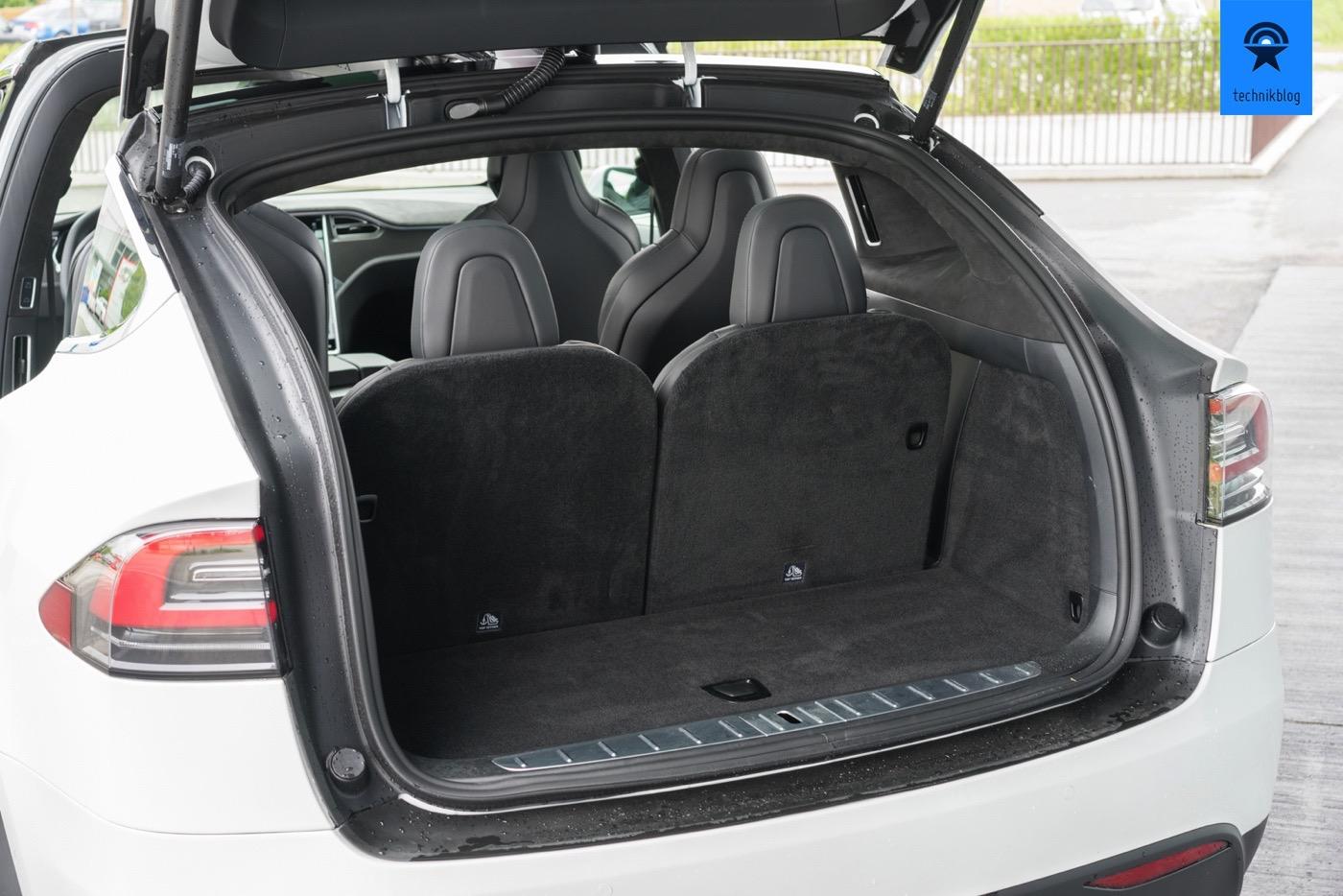 Kofferraum des Tesla Model X mit dritter Sitzreihe