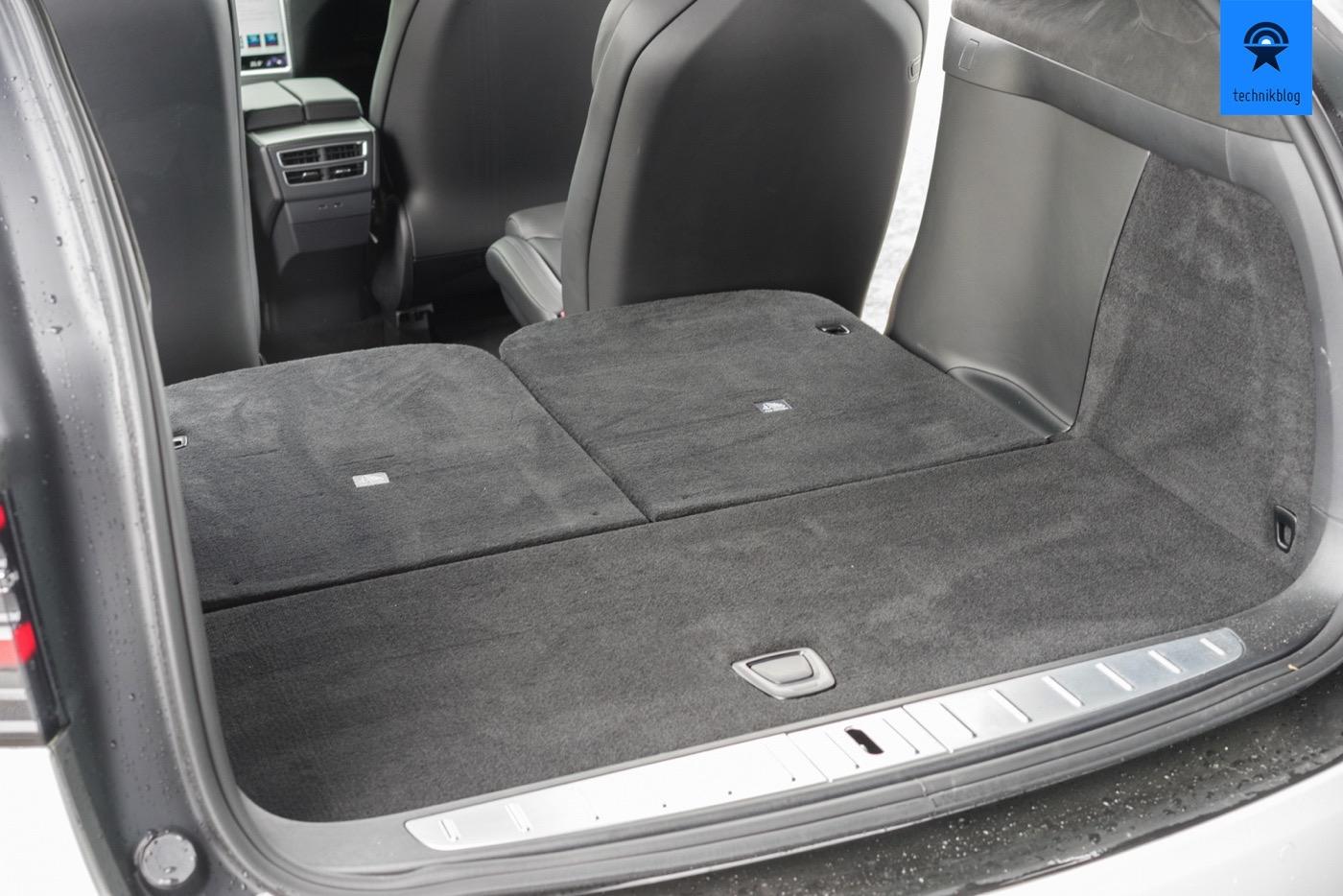 Kofferraum des Tesla Model X mit heruntergeklappter dritter Sitzreihe