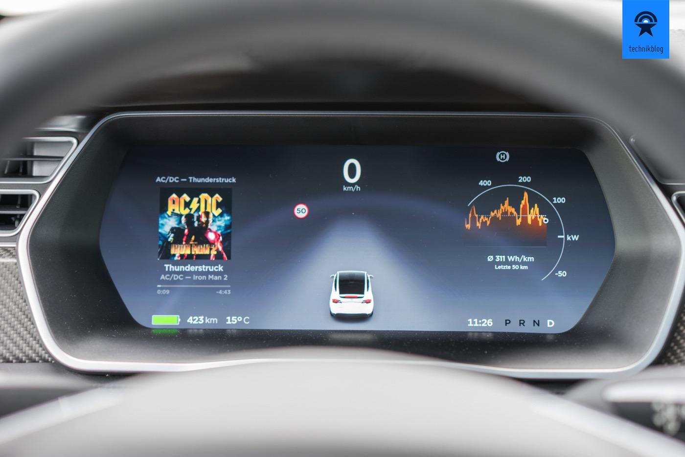 Das Fahrerdisplay am Tesla Model X