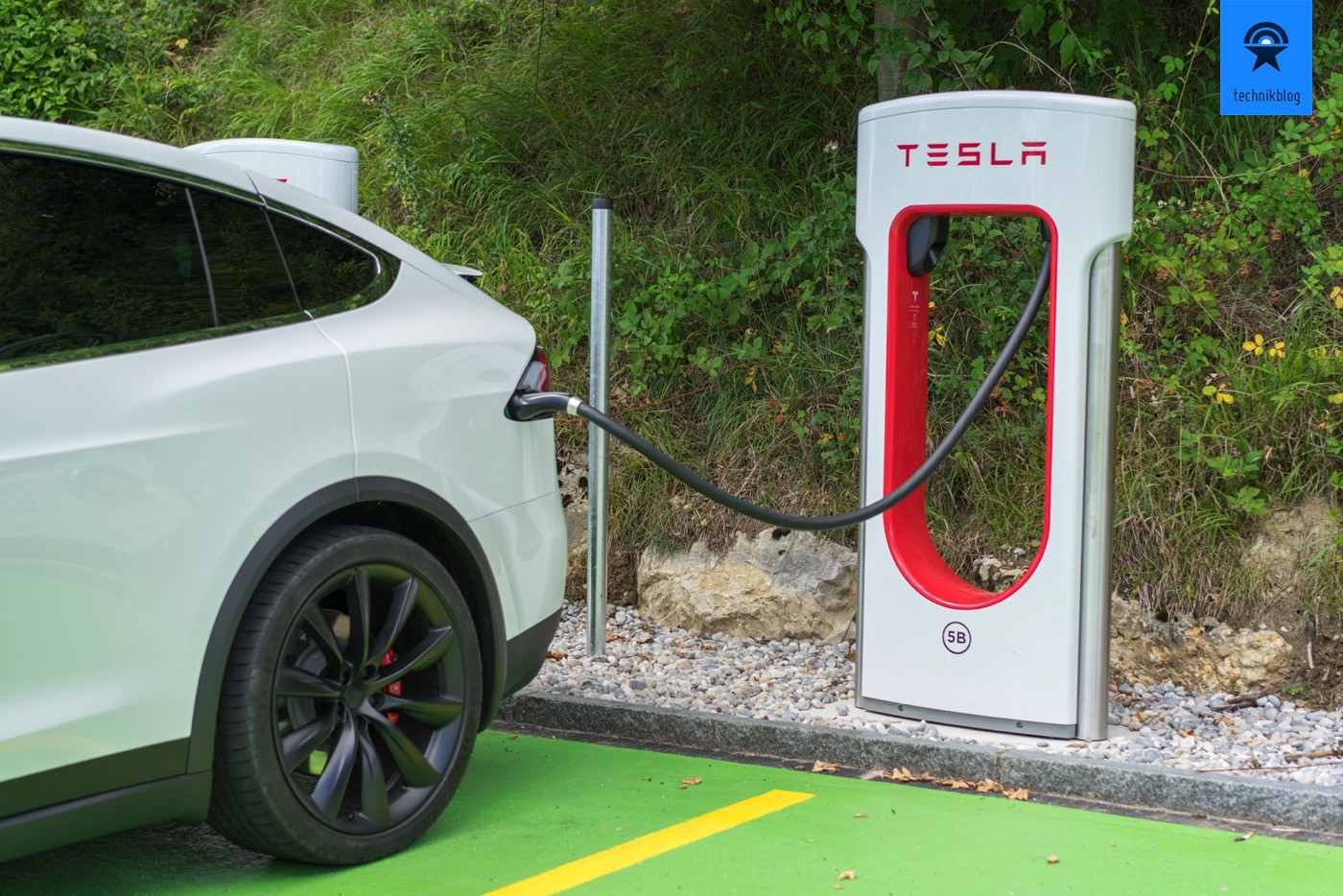 Tesla Model X am Supercharger in Egerkingen