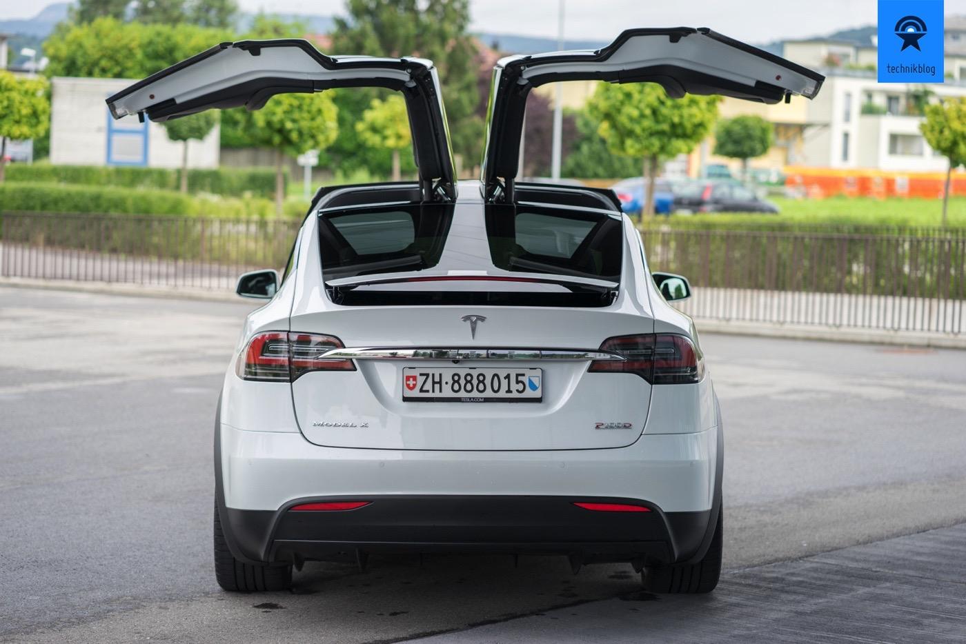 Genau, das Tesla Model X ist das Fahrzeug mit den auffälligen Falcon Wing-Flügeltüren