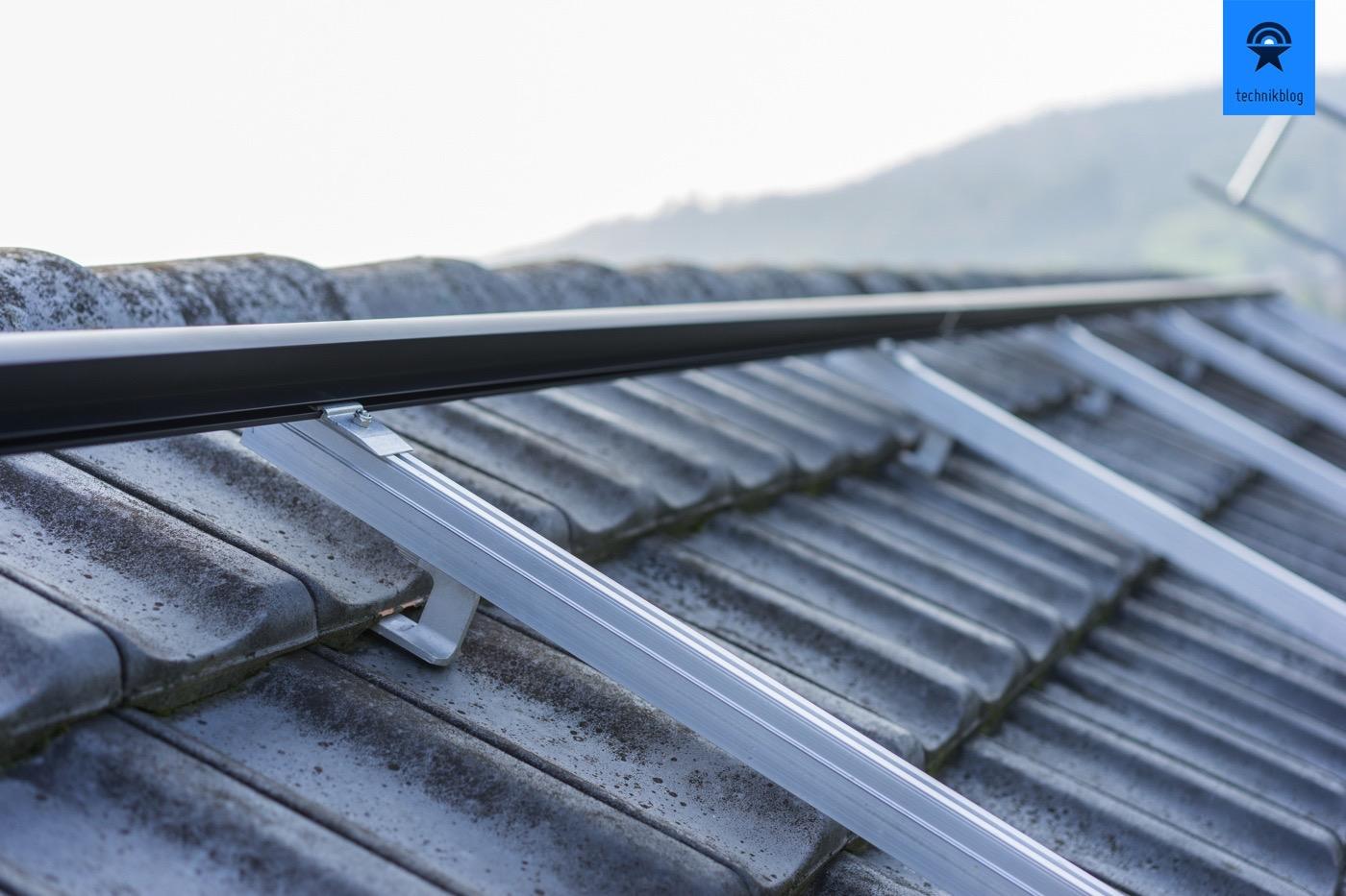Erste Schritte der eigenen PV-Anlage: Unterkonstruktion auf das Dach montieren