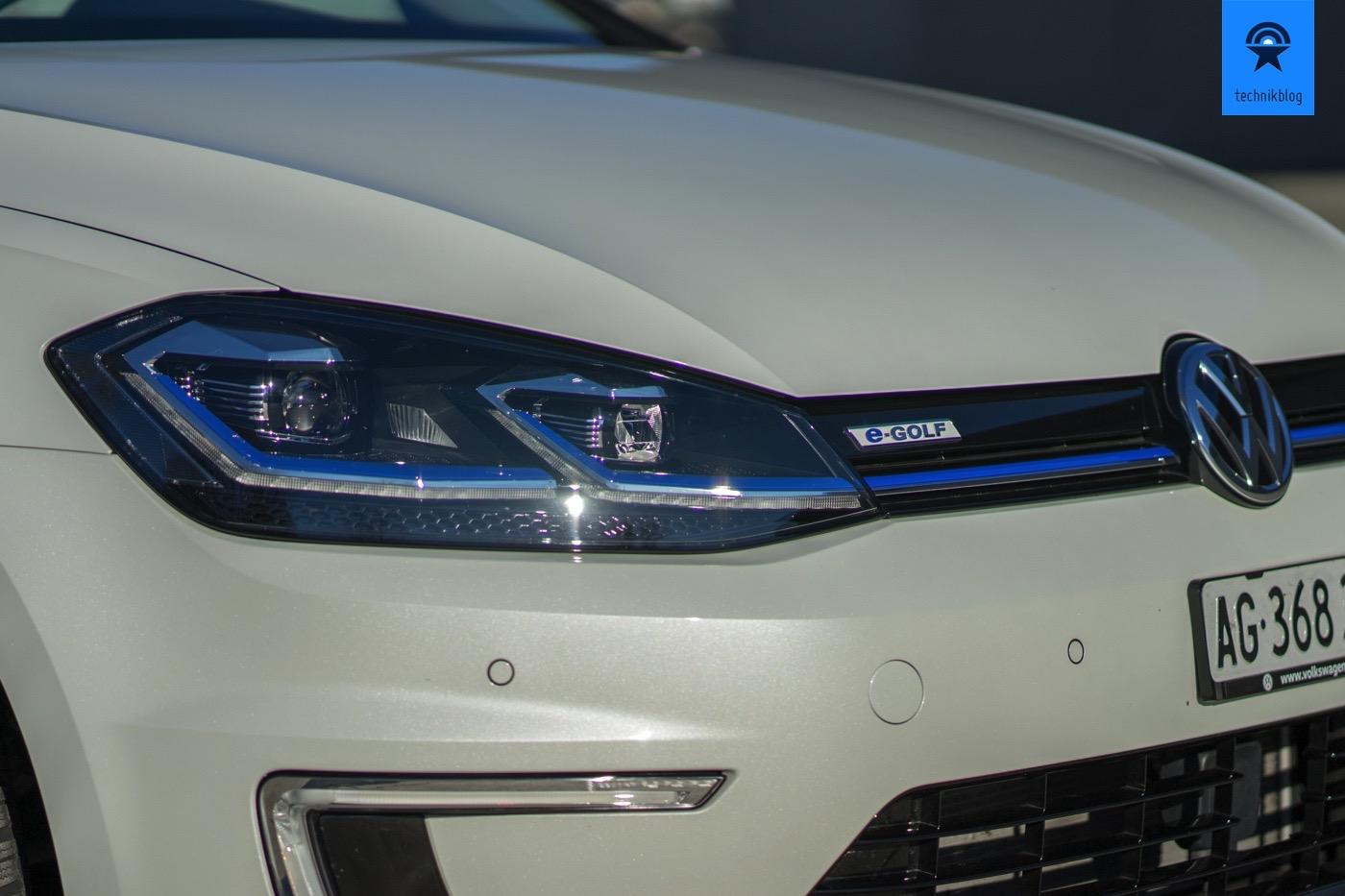 Blaue Verzierungen deuten auf Elektromobilität hin.