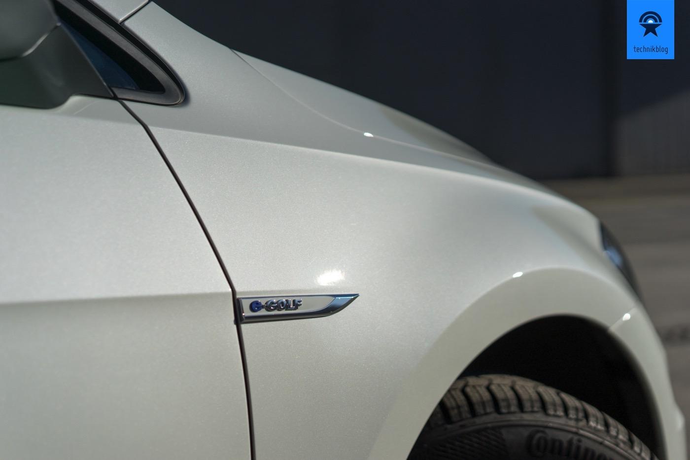 Äusserlich weisen nur Kleinigkeiten auf den Elektromotor im Golf-Chassis hin