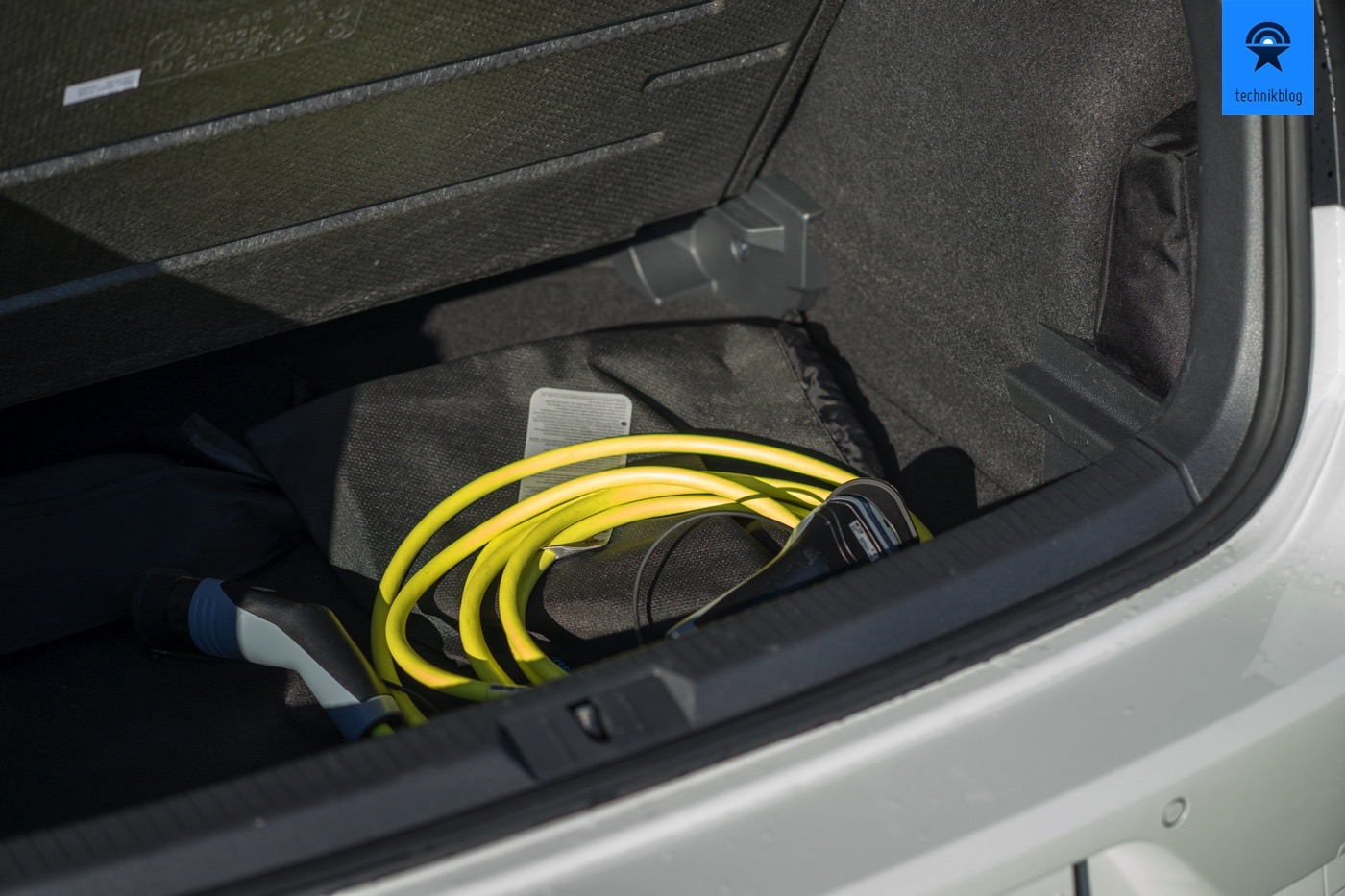 Ladekabel im doppelten Boden des e-Golf Kofferraums