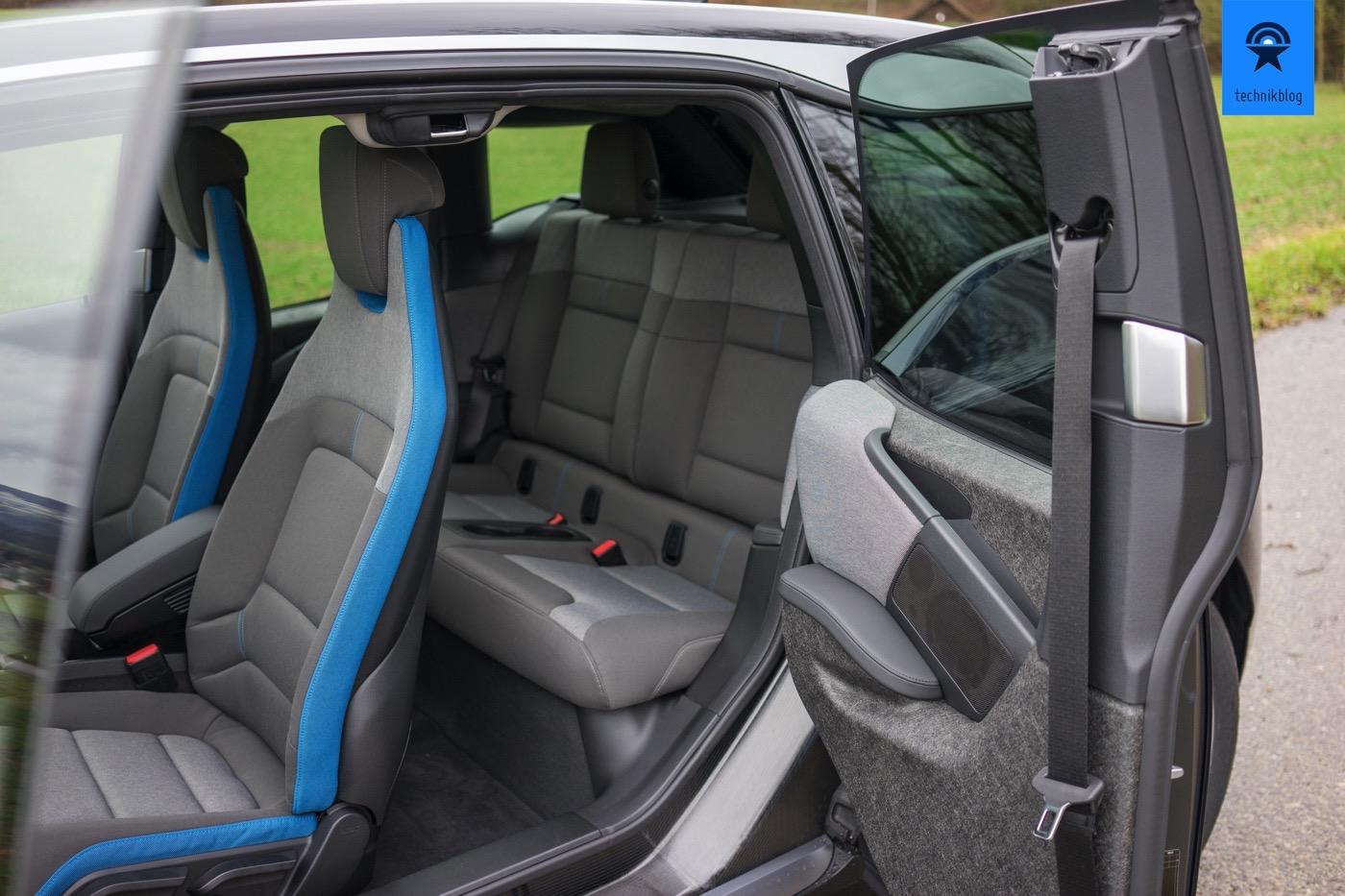 Die aufgeschwenkte Portaltüre beim BMW i3