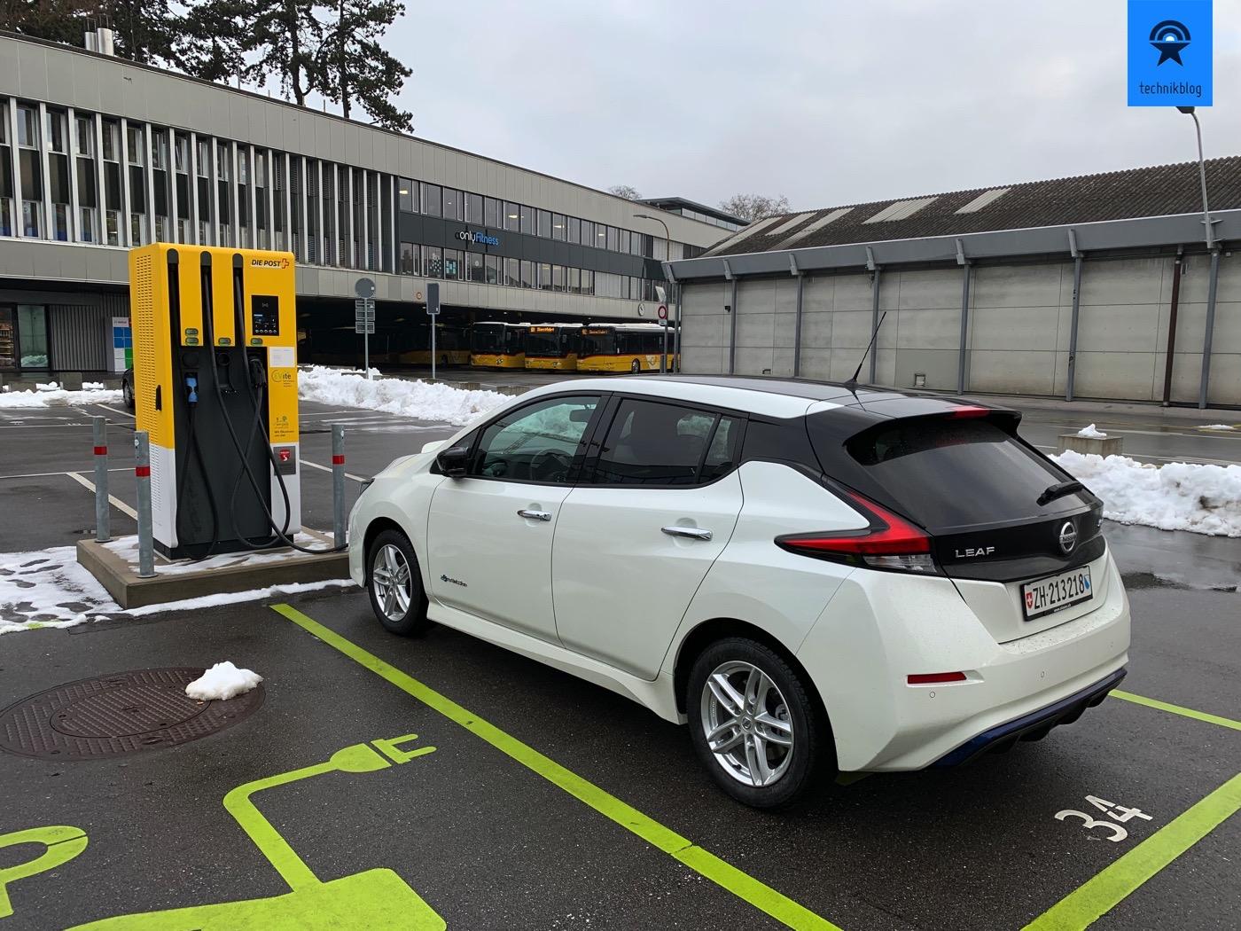 Nissan Leaf an Schnellladesäule bei der Post in Bern