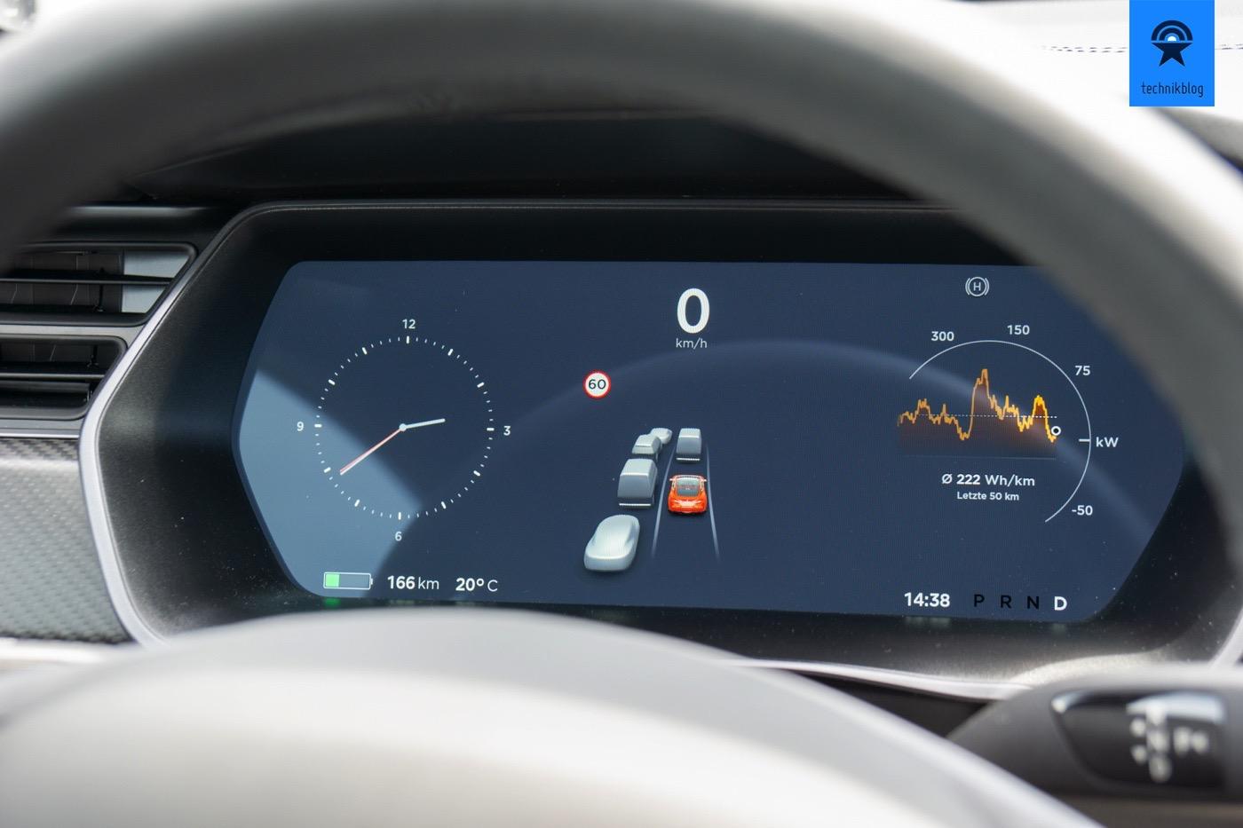 Der Tesla erkennt dank den zahlreichen Kameras zuverlässig andere Verkehrsteilnehmer