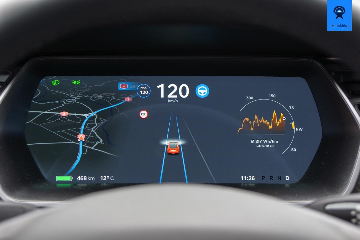 Der Tesla fährt mit dem Autopilot selbst