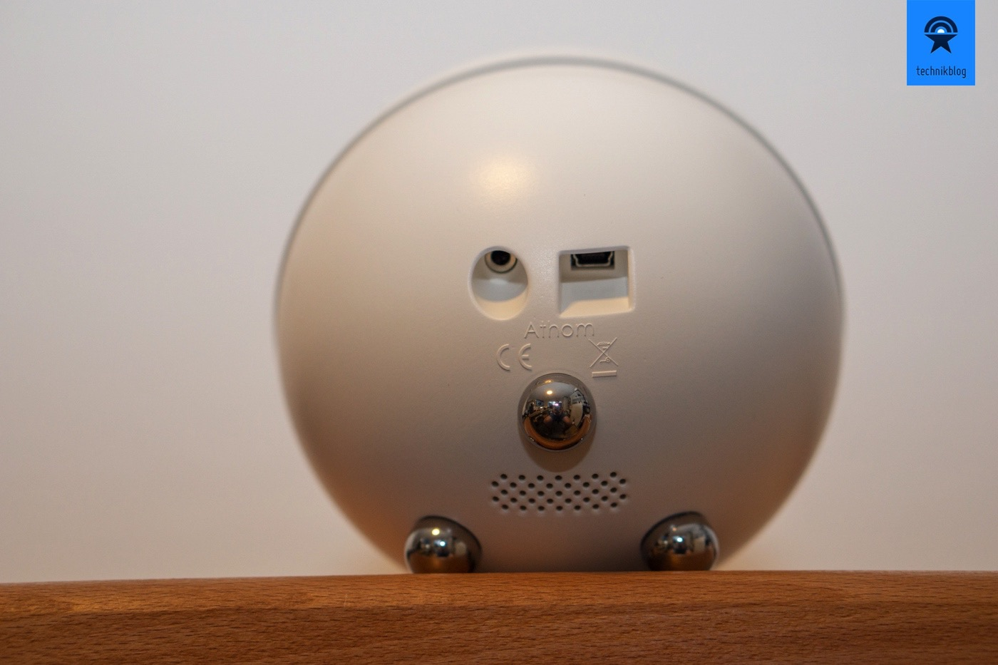 Der Athom Homey wird über Mini-USB gespiesen
