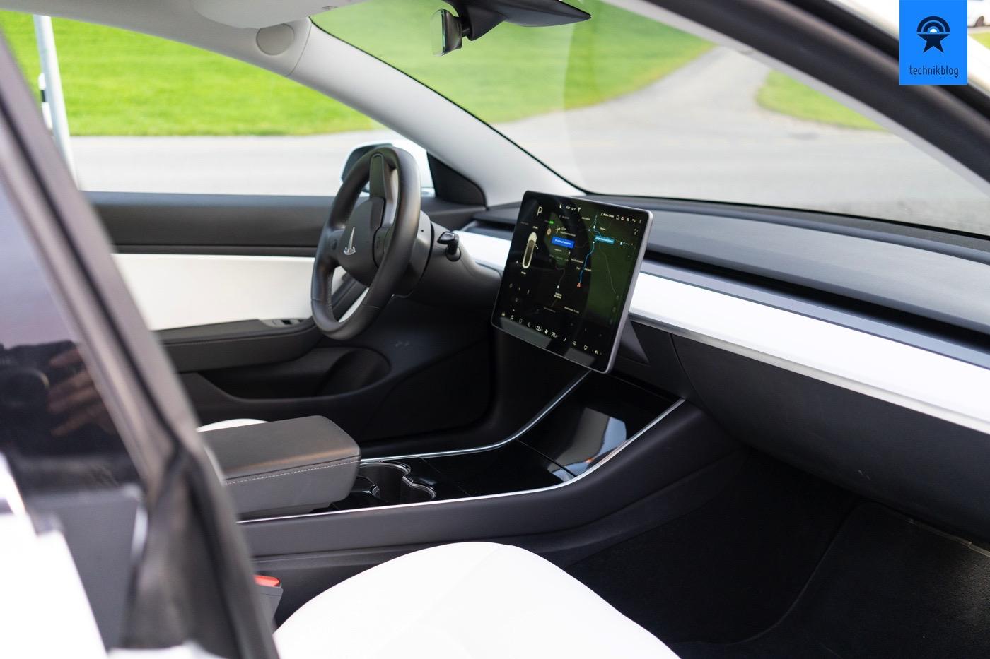 Tesla Model 3 mit dem cleanen Cockpit