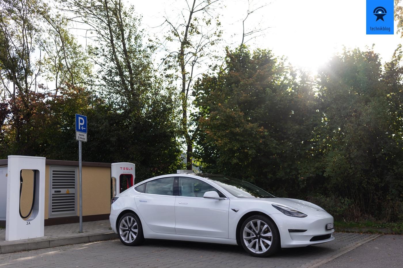 Tesla Model 3 am Supercharger in Aichstetten