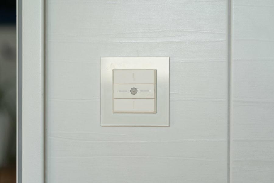 dingz plus im Badezimmer zusammen mit einem Feller Prestige Rahmen