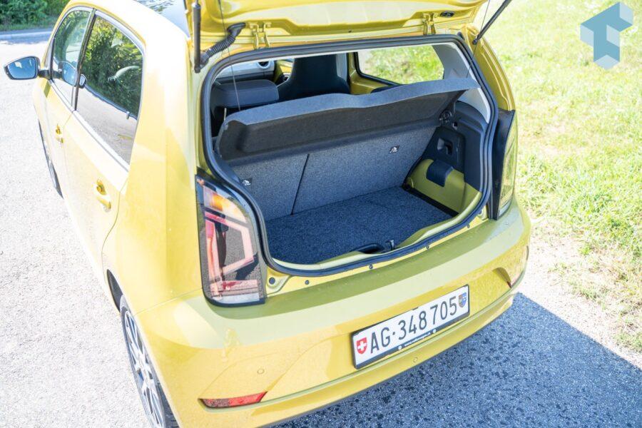 Der Kofferraum reicht für 2 Einkaufstaschen und hat einen doppelten Boden.