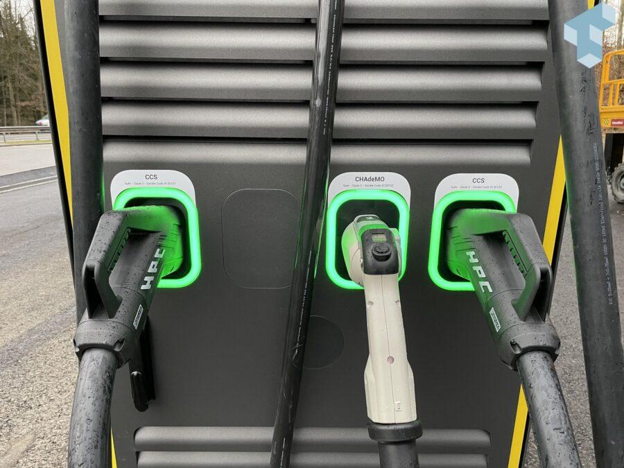 Zwei CCS und ein CHAdeMO pro 300kW Charger