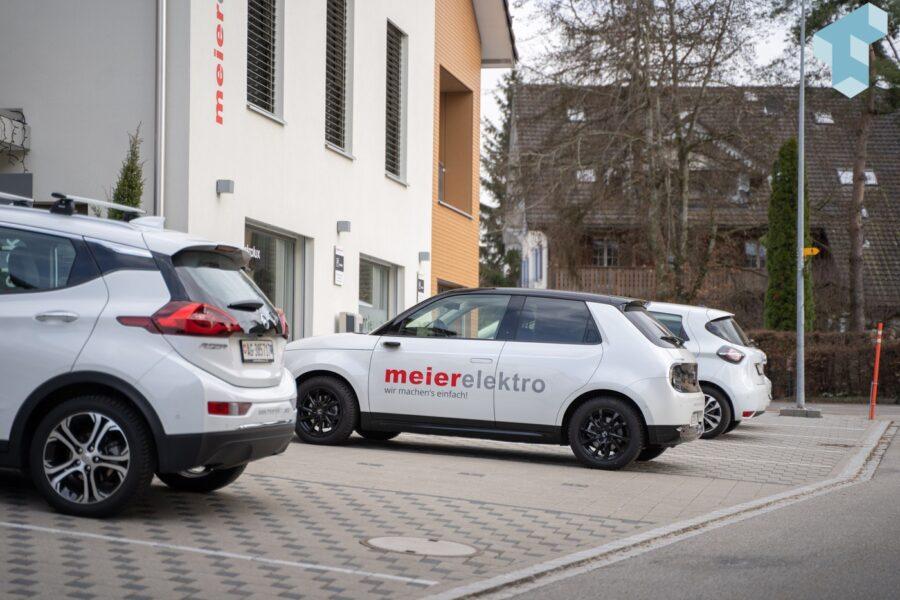 Projektleiter nutzen unterschiedliche Elektrofahrzeuge für Kundenbesuche
