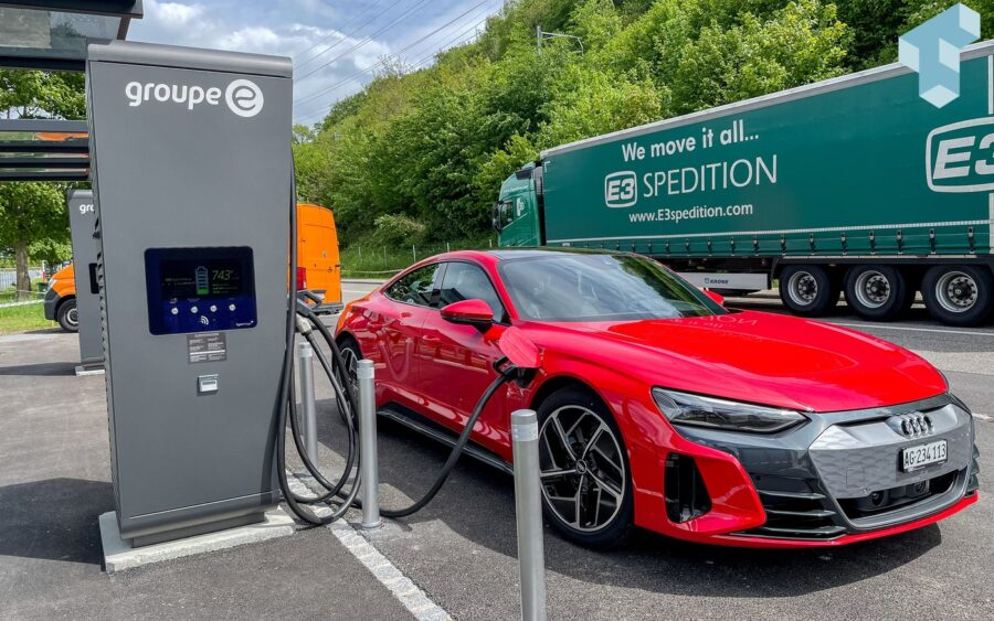 Audi e-tron GT an einem Alpitronic Hypercharger von group-e