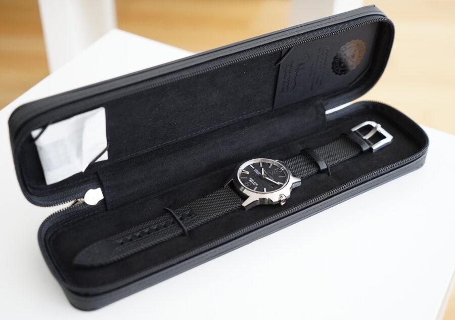Uhr im passenden Etui