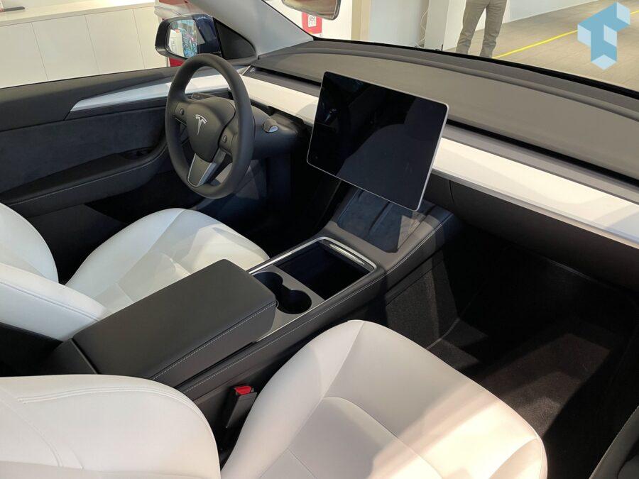 Schlichtes Cockpit im Model Y